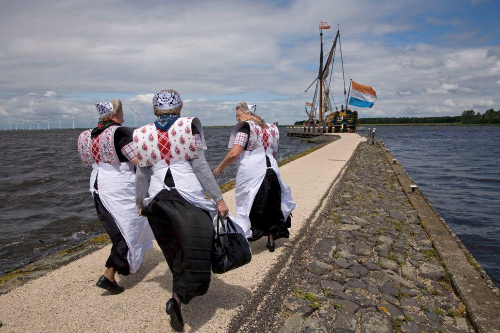 spakenburg dames op weg naar de statenjacht op de pier botterdag botter klederdracht juni 2008